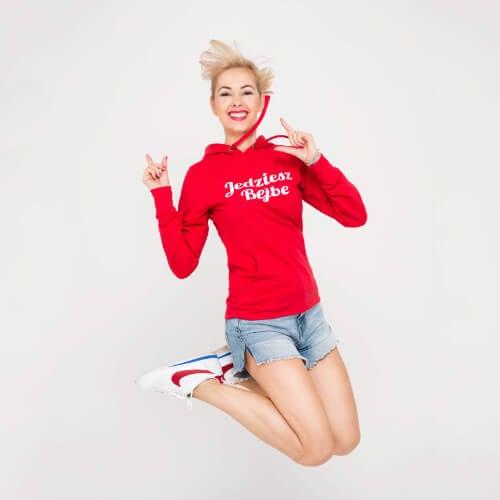 Kamila Rowińska ubrana w czerwoną bluzę jedziesz bejbe