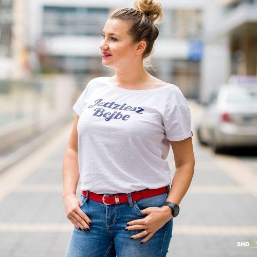 Biała koszulka z granatowym napisem Jedziesz Bejbe