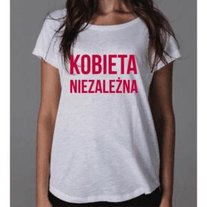 Białą koszulka z malinowym napisem Kobieta Niezależna