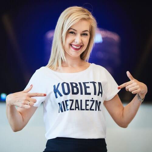 Biała Koszulka z granatowym napisem Kobieta Niezależna prezentowana przez Kamilę